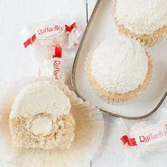 Raffaello-Cupcakes. Leute, was soll ich sagen? Sie sind einfach lecker! Kokos-Mandel-Cupcakes mit einem cremigen Kokos-Frosting mit einem Hauch Amaretto im Hintergrund für den Mandelgeschmack. In d…