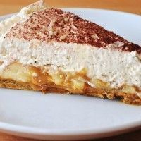 Get the recipe and method to make this authentic English dessert - Banoffee Pie. Serve Earl Grey Tea and have a piece of banoffee pie on a lazy afternoon. Dutch Recipes, Sweet Recipes, Baking Recipes, Cake Recipes, Torta Banoffee, Vegan Desserts, Delicious Desserts, Yummy Food, Deserts