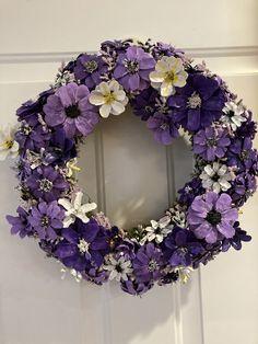 Pine Cone Art, Pine Cone Crafts, Pine Cones, Pine Cone Flower Wreath, Floral Wreath, New Crafts, Diy And Crafts, Flower Crafts, Flower Art