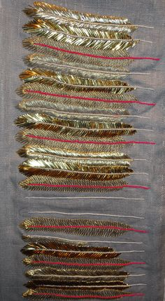 des plumes brodées au fil d'or par l'Ecole Royale du Royaume-Uni, Royal School of Needlework