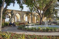 https://flic.kr/p/Ensu1B | Les jardins Barrakka du Haut à la Valette (Malte) | Les jardins Barrakka du haut datent du XVIè siècle, ils servaient initialement de lieu de promenade aux chevaliers de l'Italie qui résidaient dans ce quartier car ils avaient la charge de sa défense militaire.   Ces jardins sont aujourd'hui devenus publics et offrent un belvédère d'où on peut avoir la plus belle vue panoramique sur le grand port de la Valette.