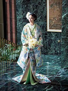 古く室町時代までさかのぼる、日本の伝統的な婚礼衣装である打掛。そこには、さまざまな伝統の技法や文様が配されています。日本の美意識を凝縮したような色打掛は、大人の花嫁にふさわしい品格を引き出すのです。