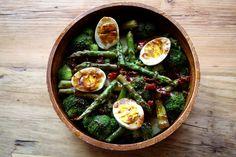 Ensalada de la huerta de espárragos trigueros, brócoli y huevos de casa