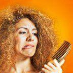Você sofre com frizz excessivo nos cabelos??? Truques e atitudes que lhe ajudarão na batalha contra o frizz.