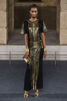 Chanel Pre-Fall 2019 Fashion Show Collection: See the complete Chanel Pre-Fall 2019 collection. Look 80 Fashion Over 50, Pink Fashion, Couture Fashion, Fashion Dresses, Womens Fashion, Fashion Edgy, Edgy Dress, Golden Dress, Winter Outfits Women