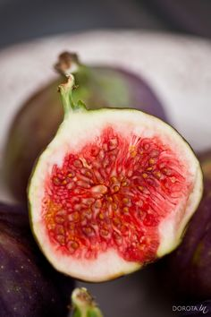 Zalety jedzenia fig. Jak smakują figi, ile mają kalorii i jaki jest ich indeks glikemiczny.   http://dorota.in/figi-wlasciwosci-walory-witaminy/  Figi - właściwości, walory i witaminy.  #zdrowie