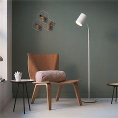 Een moderne vloerlamp met de uitstraling van Scandinavisch design. De myLiving Himroo heeft het allemaal! Hij schijnt helder licht waar jij het nodig hebt, want dankzij de flexibele nek verander je hem zo van schijnrichting.