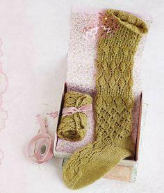 Wer Strümpfe stricken will, muss ein bisschen Übung haben. Aber der Aufwand für diese Kniestrümpfe mit Ajourmuster lohnt sich - versprochen!