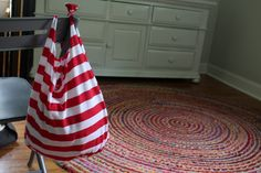 How to make an old t-shirt into a CUTE tote bag/ farmer's market bag in 10 minutes.