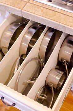 Organisation von Töpfen und Pfannen in der Küche