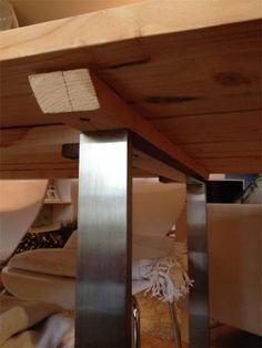 Beschreibung 1. Schalbretter im Baumarkt besorgen, müssen nicht zugesägt werden da diese schon die passende Länge vorhanden haben. 2. Konstruktionsholz sollte auf die jeweiligen Tischgestelle angepasst werden. 3. Schalbretter auf dem Boden auslegen und je Brett einen halben Zentimeter Spalt mit eine...