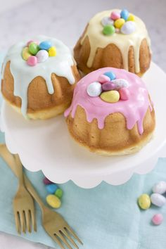 I love mini bundt cakes, especially when they are themed! These Easter themed bundts have a wonderful hidden surprise in the middle.