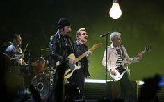 U2 en concert à Paris pour la première de ses quatre dates dans le cadre de leur…
