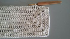 TAPETE RETANGULAR RENDADO EM CROCHÊ COM PASSO A PASSO Crochet World, Gisele, Learn To Crochet, Crochet Projects, Diy And Crafts, Michael Kors, Pattern, Fashion, Blue Carpet