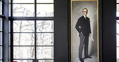 Дизайнер Пол Тейс любит экстравагантные интерьеры. Он выбрал черный цвет для стен своего дома в Хэмптонсе и заполнил комнаты чучелами животных и птиц.