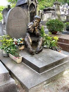 cimetière de Montmartre - Paris 18ème Cemetery Monuments, Cemetery Statues, Cemetery Headstones, Old Cemeteries, Cemetery Art, Graveyards, Famous Ballet Dancers, Unusual Headstones, La Danse Macabre
