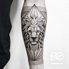 "585 curtidas, 14 comentários - Robert Pavez (@ro_tattoo) no Instagram: ""By RO. Robert Pavez • Lion IV - Geometrics dots / inner arm • Bokning. Vid intresse, skicka ett…"""