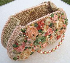 Bolsas de crochê com bordados são lindas. Nada daquele ar artesanal, são chiques, coloridas, diversificadas, de muito bom gosto.   A artesã... Crochet Handbags, Crochet Purses, Crochet Cushions, Crochet Yarn, Ribbon Embroidery Tutorial, Potli Bags, Hand Work Embroidery, Diy Handbag, Fabric Purses
