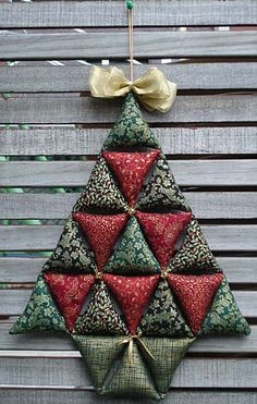 ideas for quilting navidad patchwork Fabric Christmas Decorations, Quilted Christmas Ornaments, Crochet Christmas Trees, Christmas Patchwork, Christmas Fabric, Felt Christmas, Christmas Sewing Projects, Holiday Crafts, Fabric Crafts