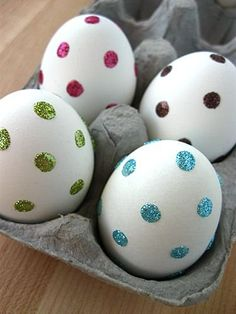 Easter Decorations - don't want to spend a lot of time dying Easter eggs? Just a couple quick polk-a-dots around for a quick DIY decor Holiday Crafts, Holiday Fun, Easter Egg Designs, Easter Ideas, Diy Ostern, Easter Egg Crafts, Coloring Easter Eggs, Hoppy Easter, Easter Bunny