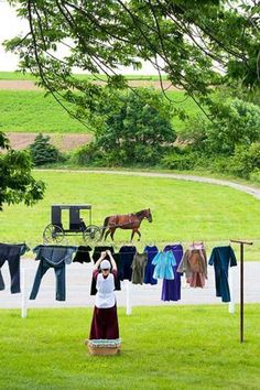 Holmes County, Ohio - A woman hangs laundry at Yoder's Amish Home. Tours here explain how Amish use straight pins to fasten their clothing to avoid ostentatious buttons and buckles. Amish Country Ohio, Amish Family, Amish Farm, Amische Quilts, Amish House, Holmes County, Amish Culture, Ontario, Amish Community