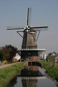 Moinho De Nieulandse em Hoek van Holland, no litoral do Mar do Norte, na margem norte do Rio Nieuwe Waterweg, Países Baixos.