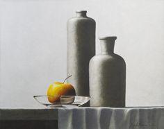 HENK BOON Beeldend kunstenaar : Compositie kruiken glazen schaal met appel, olieverf/paneel, 33 X 42 cm