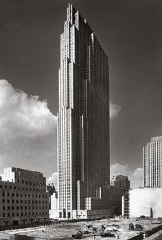 1 de Septiembre de 1933. En plena construccion del Rockefeller Center, destacaba el originario RCA Building, desde 1988 llamado Comcast Building. Aquí esta la sede central de la cadena de televisión NBC y en sus ultimas plantas el Top on the Rocks, uno de los miradores mas famosos de Manhattan. Su dirección postal es 30 Rockefeller Plaza.