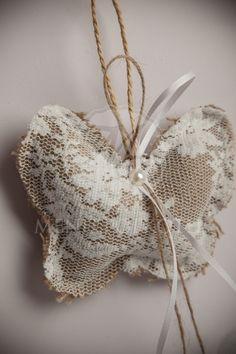 Μπομπονιέρα βάπτισης για κορίτσι πεταλούδα μαξιλάρι λινάτσας ντυμένο με δαντέλα Fashion, Moda, Fashion Styles, Fashion Illustrations