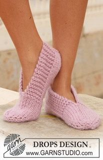 """Garnstudio, Drops Design Free pattern DROPS 111 29 knitted slippers in andes or eskimo DROPS knitted slippers in """"Eskimo"""". ~ DROPS Design An old favorite ~ great for… Ravelry: knitted slippers in """"Eskimo"""" pattern by DROPS design - did these in f Knit Slippers Free Pattern, Knitted Slippers, Slipper Socks, Crochet Slippers, Knit Or Crochet, Pink Slippers, Crochet Granny, Bedroom Slippers, Crochet Gifts"""