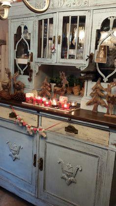 Auch mit Winterdeko macht sich das shabby Vintage Küchenbuffet gut, oder?