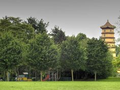 Parc Henri Fabre à Évry - Jeux pour les enfants et pagode