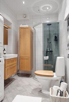 Fräscht renoverat badrum med dusch & bra förvaring