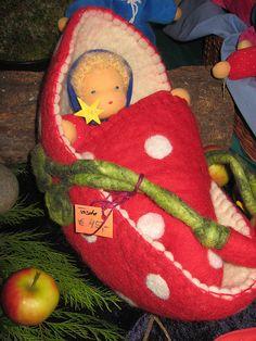 gefilztes Puppenbett by schoenefarben, via Flickr Fabric Dolls, Paper Dolls, Doll Carrier, Waldorf Toys, Needle Felted Animals, Soft Dolls, Doll Crafts, Felt Art, Soft Sculpture