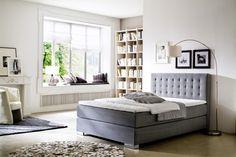 Dieses hochwertige graue Boxspringbett bietet Ihnen Schlafkomfort allerhöchster Güte! Das Bett ist auch ein optisches Highlight und besticht durch das hohe, durchgängig gesteppte Kopfteil sowie die Metallfüße in Chromoptik!