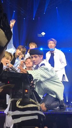Find images and videos about bts, jungkook and v on We Heart It - the app to get lost in what you love. Bts Taehyung, Bts Bangtan Boy, Bts Jungkook, Namjoon, Foto Bts, Bts Photo, K Pop, Bts Group Photos, Min Yoonji