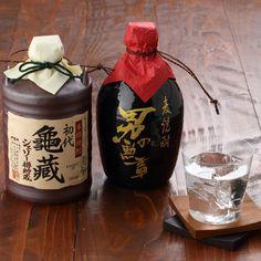 麦焼酎「男の勲章」とネーミングし、男らしさを追求し、力強さのあるハードリカーをイメージした焼酎です。米焼酎「亀蔵」はウィスキーの貯蔵などに使用されるシェリー樽を使用し、洋の文化を取り入れた新しい試みのお酒です。ウィスキーを思わせる濃い琥珀色とまろやかで深みのある味わいが最大の特徴です。