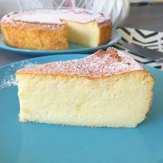 Aujourd'hui, je vous propose une recette étonnante : Le Migliaccio ! C'est un gâteau de semoule italien léger comme un nuage. Un subtile mélange entre le cheesecake, le gâteau de semoule et un flan bien épais. Un pur délice. Great Desserts, Healthy Desserts, Ricotta Dessert, Semolina Pudding, Yummy Treats, Sweet Treats, Orange Creme, Tolle Desserts, Salmon Patties Recipe