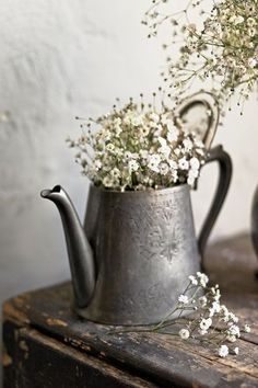rustic-baby's-breath in old pewter like tea pot.the subtle texture on the pewter surface, the patina of the wall and wood, the contrast between the flowers and the hard substances. Shabby Vintage, Vintage Decor, Vintage Tea, Vintage Style, Vintage Pink, Country Decor, Farmhouse Decor, Country Living, Modern Farmhouse