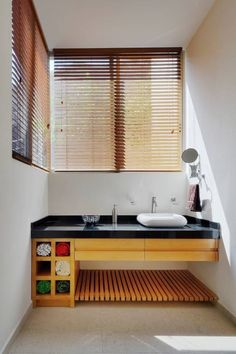 Simple, minimalistic and with a touch or the Japanese style, this bathroom is not only beautiful but relaxing - we love the wood. By Excelencia en Diseño