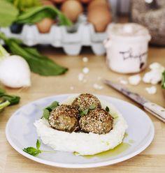 Korvaa osa jauhelihasta kikherneillä, niin saat todella herkulliset ja jopa hieman täyttävämmät lihapullat. Tee lisäkkeeksi ihana peruna-kukkakaalimuusi.