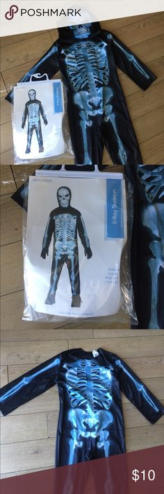 X-ray Skeleton Costume Child's X-ray skeleton Halloween costume worn once size small 4-6 super easy to put on it's pretty much just a jump suit and mask. It's light weight will not make child sweaty or itchy. Costume does not come with gloves so I just had my son wear black gloves. Costumes Halloween