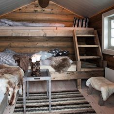 Cosy country cabin rooms - Would make a nice bunk house Ideas De Cabina, Cabin In The Woods, Bunk Rooms, Rustic Cabin Decor, Small Cabin Decor, Rustic Loft, Log Cabin Homes, Log Cabins, Cabins And Cottages