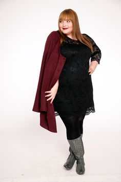 kathastrophal.de | Plus Size Outfit, wearing a burgundy coat by sheego, a lace dress designed by Anna Scholz and grey cutout boots