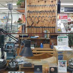 年に一度のハンズメッセ の初日に彫金コーナーチェックしに行きましたが奥の工具の並べ方かなりカッコいいと思いました  今では売ってない使い込まれた工具達が場の雰囲気を更に引き立ててます  色々お得に買えましたがこれ見れた事が一番の収穫でした() #ハンズ #彫金