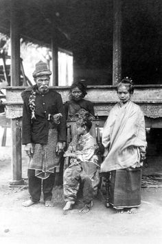 Look at their exression are they foreced to take this picture? Ache women wear veil to cover their head (they looked ashamed) COLLECTIE TROPENMUSEUM Indonesia, Sumatra, Aceh. Districtshoofd Wabil met vrouw en dochter in feestkleding Atjeh TMnr Old Pictures, Old Photos, Vintage Photos, Maluku Islands, Dutch East Indies, American Soldiers, Historical Pictures, Borneo, Southeast Asia