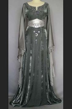 Medieval silver gown by tagtraumkleider.de