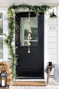 Proof That Simplicity Reigns Queen in This Holiday Home Tour.-Proof That Simplicity Reigns Queen in This Holiday Home Tour Scandinavian Christmas Decorations, Outdoor Christmas Decorations, Table Decorations, Christmas Porch, Simple Christmas, Christmas Crafts, Minimal Christmas, Christmas Tables, Natural Christmas