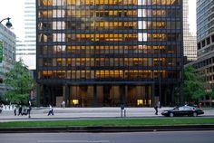 Edificio Seagram (1954-1958) ubicada en el 375 (entre la calle n.º 52 y la n.º 53 en el centro de Manhattan) de Park Avenue (Nueva York) es una torre de oficinas, es la sede central de la corporación Seagram.
