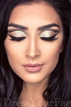 36 MAKEUP IDEAS FOR CHRISTMAS Christmas makeup should be the most amazing time of the year. Bright colors, glitter and shimmer can help you get into the Christmas spirit. Make up Makeup Tips, Beauty Makeup, Eye Makeup, Makeup Ideas, Eyeliner Hacks, Simple Makeup, Natural Makeup, Weihnachten Make-up, Beste Mascara